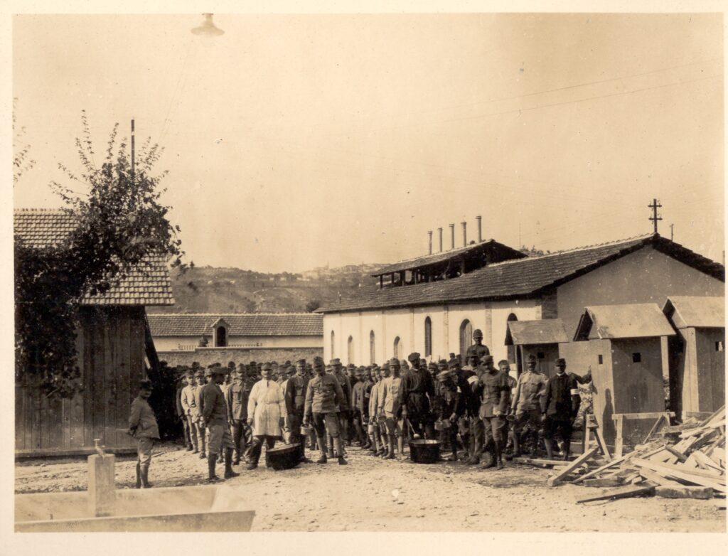 gruppo di prigionieri prima guerra mondiale in attesa del pasto